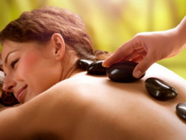 Nugaros masažas karštais akmenimis