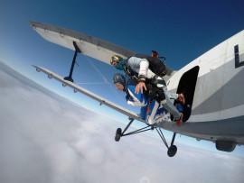 Šuolis dviviečiu parašiutu su instruktoriumi su filmavimu