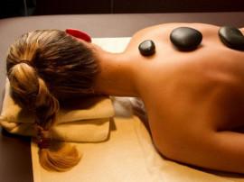 Šveičiamasis masažas su lavos akmenėlių ritualu