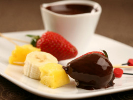 Vyno arba šampano fontanas ir karštas šokoladas su vaisias